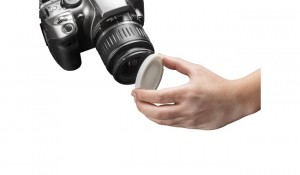 rigur_hand_holding_cap_on_camera_white